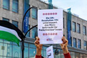 """Plakat auf einer Demonstration in Berlin im Mai 2021. Wie eine nicht-bindende UN-Resolution ein nicht existierendes Recht """"untermauern"""" soll, bleibt wie üblich ein Geheimnis. (© imago images/Achille Abboud)"""