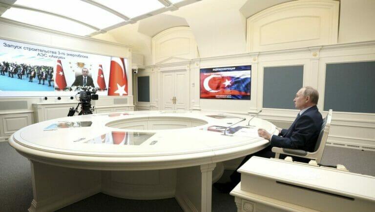 """Erdogan und Putin bei der vitrtuellen Zeremonie zum Baubeginn des Atomkraftwerks """"Akkuyu"""" in der Türkei"""