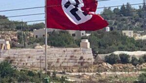 In der Nähe von Hebrpn gehisste Hakenkreuzflagge