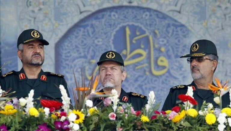 Der Kommandeur der Bodentruppen der iranischen Revolutionsgarden, Mohammed Pakpour (re.)