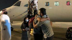 IsraAid-Chef Yotam Polizer begrüßt die afghanischen Flüchtlinge am Flughafen der Vereinigten Arabsichen Emirate