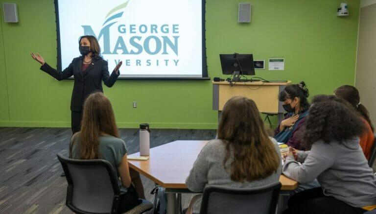 Kamala Harris bei ihrer Diskussion mit Studentinnen der George Mason University