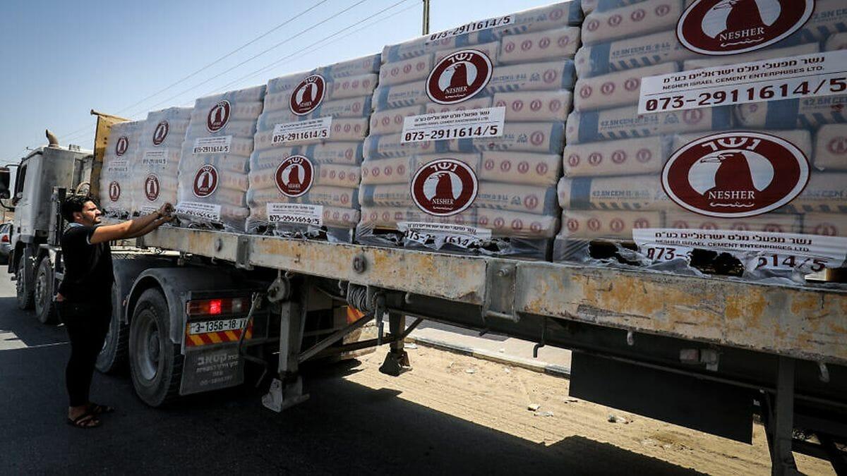 Ein LAstwagen mit Zement überquert den Grenzübergang Kerem Shalom nach Gaza