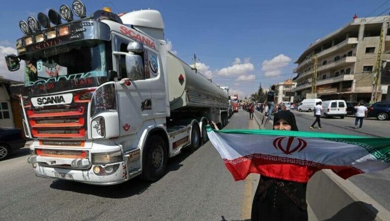 Anhänger der Hisbollah feiern die Ankunft von Tanklastern mit iranischem Treibstoff