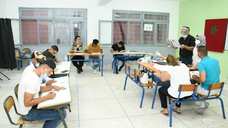 Wahlhelfer beim Asuzählen der Stimmen in Marokko