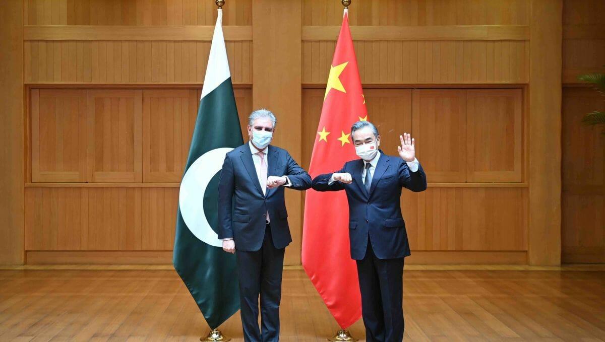 Pakistans Außenminister Shah Mahmood Qureshi und seine chinesischer Amtskollege Wang Yi auf ihrem Treffen in Chengdu im Juli 2021