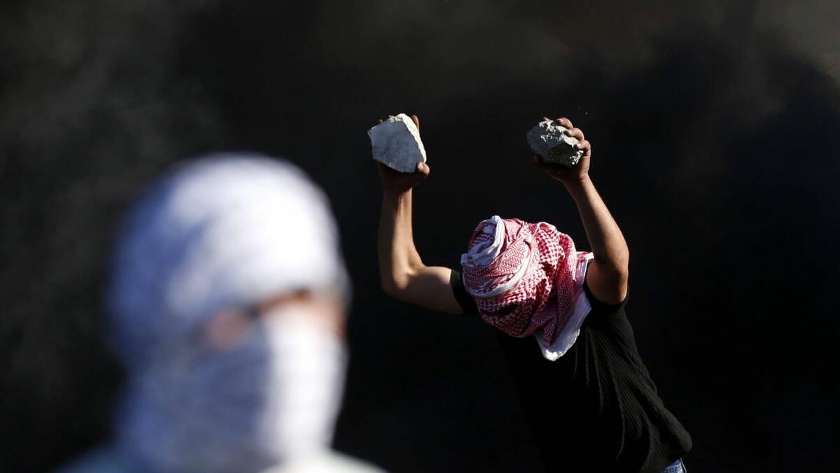 Palästinenser bewerfen Autos von Israelis mit Steinen