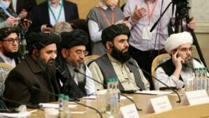 """Der Führer, der als """"pragmatisch"""" geltenen Fraktion der Taliban Ghani Baradar (mi.)"""
