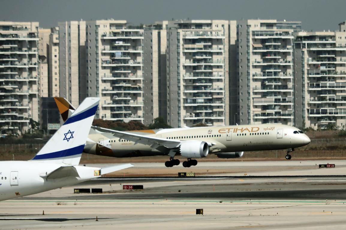 Für Khamenei unverzeihlich: Im Oktober 2020 landete die erste offizielle Delegation aus den Vereinigten Arabischen Emiraten am Ben-Gurion-Flughafen in Israel. (© imago images/Xinhua)