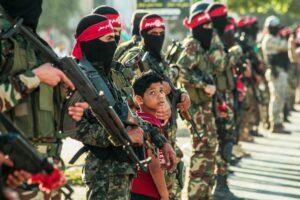 """Aufmarsch von PFLP-Kämpfern. Die verbotenen palästinensischen NGOs sollen die """"Lebensader"""" der Terrororganisation gewesen sein. (© imago images/Pacific Press Agency)"""