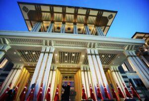 Sinnbild für die heutige Türkei: Erdogan spricht vor dem neuen Präsidentenpalast in Anakara. (© imago images/Depo Photos)
