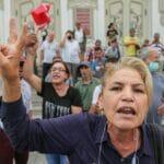 Demonstranten in Tunis protestieren gegen die islamische Ennahda-Partei