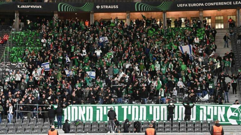 Der Fanblock von Maccabi Haifa beim Europapokalspiel im Berliner Olympiastadion