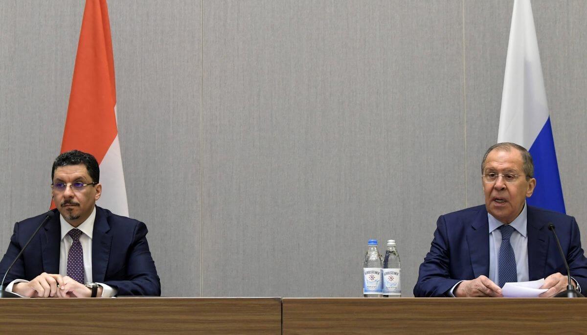 Jemens Außenminister Ahmed Awad bin Mubarak mit seinem russischen Amtskollegen Sergej Lawrow in Sotschi