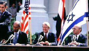 Ägyptens Präsident Assad bei der Unterzeichnung des Friedensvertrags mit Israel