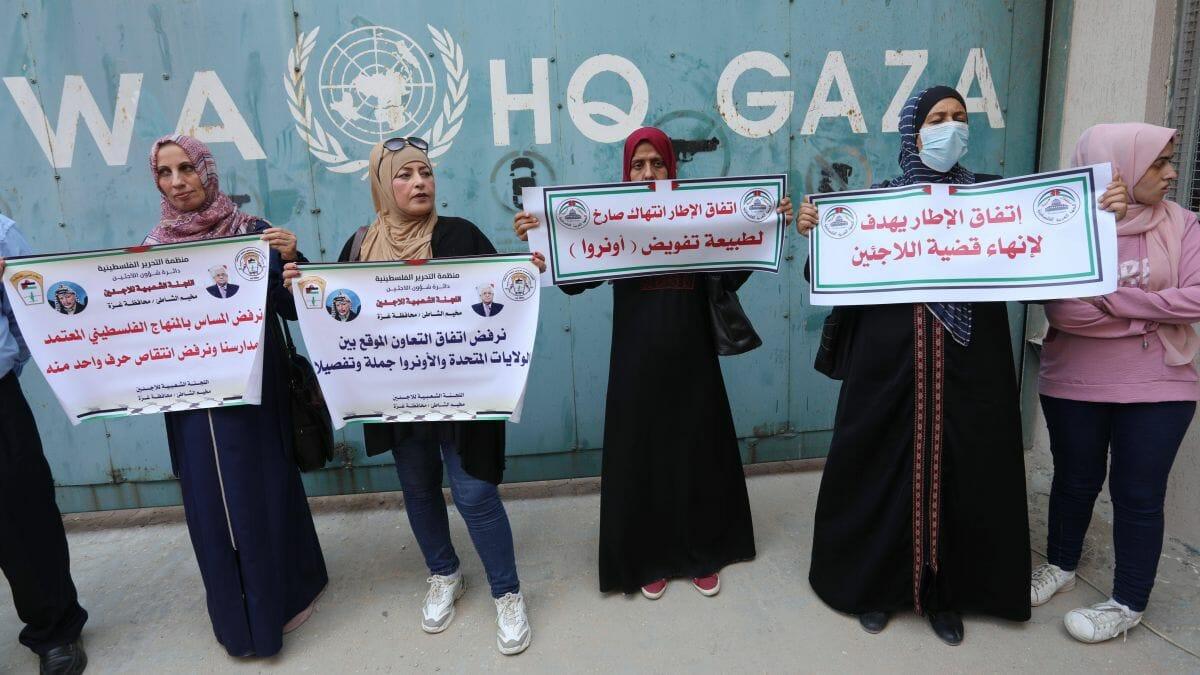 Palästinenserinnen protestieren vor der UNRWA in Gaza gegen die US-Bedingungen für Hilfsgelder