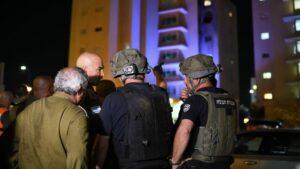 Der Chef des Heimatfrontkommandos, Uri Gordin, bei einem Raketeneinschlag während des Mai-Kriegs gegen die Hamas