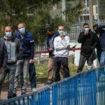 Palästinenser mit Arbeitserlaubnis warten auf israelische Corona-Impfung