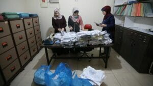 Palästinenserinnen in Gaza bearbeiten Anträge auf Arbeitserlaubnis in Israel